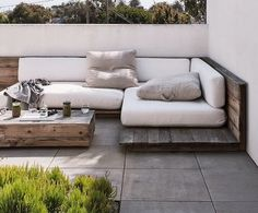 Pallet Outdoor Furniture For my soon to be roof terrace? - Built-in outdoor seating saves you from splurging on new furniture. Here are 10 designs for built-in sofas to create an outdoor living room. Outdoor Seating, Outdoor Rooms, Outdoor Living, Outdoor Decor, Garden Seating, Outdoor Couch, Lounge Seating, Lounge Areas, Outdoor Pallet