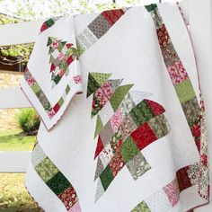Shortcut Quilt: Charming Christmas - FREE Charm Pack Pattern - The Jolly Jabber Quilting Blog Christmas Quilt Patterns, Christmas Sewing, Christmas Quilting, Christmas Stuff, Christmas Patchwork, Christmas Fabric, Christmas Trees, Diy Christmas, Holiday Crafts