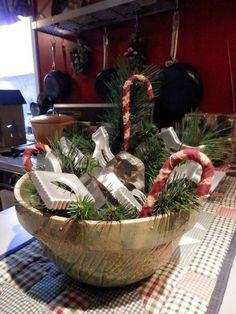 21 Ideas for farmhouse christmas kitchen table centerpiece Primitive Christmas Decorating, Prim Christmas, Winter Christmas, Christmas Bowl, Cowboy Christmas, Christmas Cooking, Christmas Time, Christmas Swags, Antique Christmas