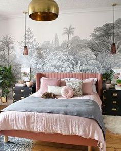 2019 Interior Design Trends Im Really Excited About Swoon Worthy Dining Room Design design Excited interior Swoon Trends worthy Glam Bedroom, Master Bedroom, Pink Bedroom Walls, Velvet Bedroom, Bedroom Chest, Modern Bedroom Decor, Bedroom Wallpaper, Estilo Hollywood Regency, Interior Design Trends