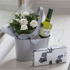 Nice 49 Stylish DIY Wine Gift Baskets Ideas. More at https://homystyle.com/2018/10/05/49-stylish-diy-wine-gift-baskets-ideas/ Wine Basket Gift, Wedding Gift Baskets, Wine Baskets, Good Housewarming Gifts, Housewarming Basket, Flowers Wine, Gift Flowers, Holiday Gifts, Hostess Gifts