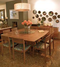 Comedor en madera de tzalam con sillas tapizadas en una tela retro.