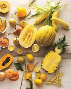 Las frutas y los vegetales de color amarillo obtienen su color de los pigmentos vegetales solubles en grasa conocidos como carotenoides. Hay más de 600 carotenoides naturales. Son esenciales para el crecimiento y la fotosíntesis de las plantas y son una importante fuente de vitamina A para el hombre.