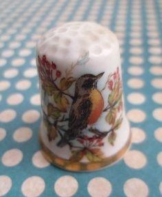 Dé à coudre: un oiseau au milieu des baies - Theodore Paul, fine english Bone China http://aziliz-creation.alittlemercerie.com