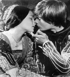 """""""Com as leves asas do amor transpus estes muros, porque os limites de pedra não servem de empecilho para o amor. E o que o amor pode fazer, o amor ousa tentar."""" - Shakespeare"""