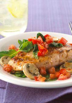 Salmón al horno con tomates, espinacas y champiñones - El salmón al horno con tomates, espinacas y champiñones (hongos) es una receta que merece ser el centro de atención de tus platillos durante alguna celebración.
