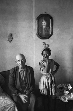 David Goldblatt A plot-holder with the daughter of a servant, Wheatlands, Randfontein, September 1962 silver gelatin print on fiber-pressed paper Courtesy of David Goldblatt and the Goodman Gallery, Johannesburg