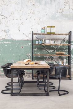 Prachtige grote eettafel van het merk Eleonora. Het massief houten blad is gemaakt van mangohout, dat een warme uitstraling geeft. Het onderstel is gemaakt van zwart gelakt metaal. De afstand tussen de poten bedraagt 167cm.