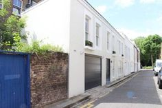 Holland Park Three-Bedroom Mews House London Situated in London, this holiday home is 700 metres from Portobello Road Market. The property is 1.5 km from Olympia Exhibition Centre and boasts views of the city.