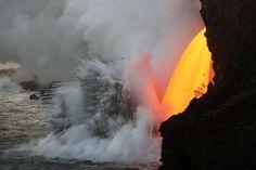 La lava del vulcano Kilauea alle Hawaii si getta nell'oceano (Ansa)