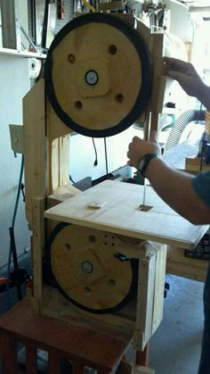 Post with 3622 views. Must Have Woodworking Tools, Woodworking Tools For Beginners, Woodworking Jigs, Woodworking Projects, Diy Bandsaw, Homemade Machine, Old Tools, Homemade Tools, Wood Lathe