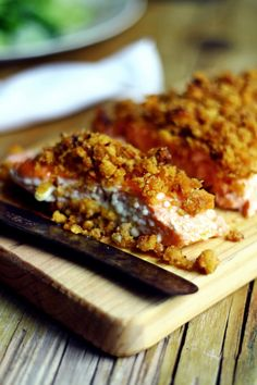 Salmão confitado com crumble de alheira Banana Bread, Sausage, French Toast, Good Food, Food And Drink, Fish, Meals, Cooking, Breakfast