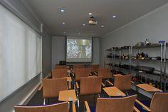 Equipamiento sala de capacitación para oficina en Providencia. Mesa CLASSICON, sillas ARTIFORT, focos FLOS y cortinas roller LUXAFLEX.