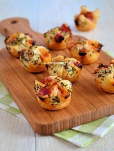 Pizza bonbons: puff pastry in mini muffin tins. Prick bottoms and fill with pizza fillings. Bring corners together and pinch. Brush with egg and sprinkle with Italian spices. Bake at 225 C for 14 minutes Appetizer Recipes, Snack Recipes, Cooking Recipes, Pizza Ingredients, Snacks Für Party, Happy Foods, Savory Snacks, Pizza Snacks, Appetisers