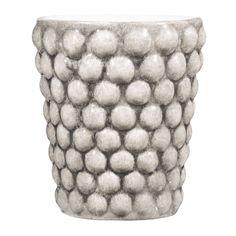Serien Bubbles går helt i linje med Mateus övriga sortiment, där tidsenlig svensk formgivning förenas med portugisisk hantverkstradition. Denna mugg är i handmålad keramik och rymmer 30 cl.Mateus keramik tillverkas och målas för hand av erfarna hantverkare i Portugal. Därför är också varje exemplar unikt. Keramiken är gjord av lera, ett levande naturmaterial som kräver lite extra varsamhet. Mateus produkter är behandlade för att så långt som möjligt begränsa absorbering av vätska. Men…