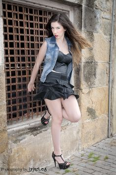 Sina Ferrari  #calle #grille #legs #modelo #pared #pattern #piedra #reja #stone #street #ventana #wall #window