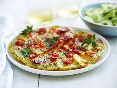 Een overheerlijke tortilla met ui, paprika, peterselie en chorizo met een komkommerslaatje, die maak je met dit recept. Smakelijk!