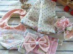 ギフトセット3 Handmade goods for baby&kid`s Handmade shop *tutu* 【生地】 表 Wガーゼ 中 タオル 裏 Wガーゼ 【内容】スタイ・ベルトカバー・おしりふきケース小・ヘアバンド