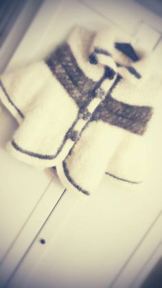 Abrigo estilo poncho de lana de samoyedo con detalles de lana de bearded collie. Precio: 160€.