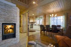 Chimenea en el salón de la casa de madera Kuusamo Log Houses modelo Tahko