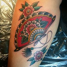 53 Ideas tattoo old school traditional styles anchors for 2019 Feather Tattoos, Rose Tattoos, Leg Tattoos, Body Art Tattoos, Knuckle Tattoos, Tatoos, Fan Tattoo, Sleeve Tattoos For Women, Tattoos For Women Small