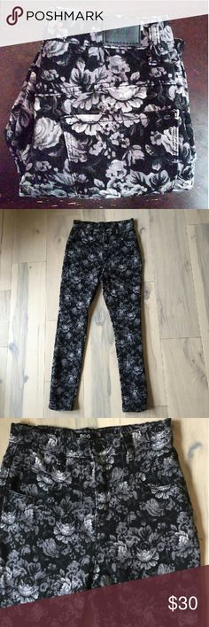 🆕Listing BDG High Rise Floral Twig Ankle Jeans ✳BDG Urban Outfitter brand ✳Twig Ankle Jeans ✳High Rise ✳Dark Floral Print (Black, Grey, White) ✳Yoke at top for high rise fit ✳Slim fit from hip to ankle ✳26W and 29L ✳Ankle length ✳Stretch material and comfortable ✳Measurements upon request ✳Gently worn, in excellent condition ✳Perfect for fall season!  ☑OFFERS WELCOME☑ ☑BUNDLE and SAVE☑ Urban Outfitters Jeans Ankle & Cropped