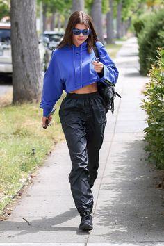 b3dbb7cabf Look do Dia  Sofia Richie toda fashion de moletom cropped e dad sneakers