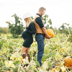 18 Creative Fall Pregnancy Announcement Ideas Adding a pumpkin to your patch? Consider these fall-themed ideas for a timely pregnancy announcement or gender reveal. The post 18 Creative Fall Pregnancy Announcement Ideas appeared first on Jennifer Odom. Fall Maternity Shoot, Fall Maternity Pictures, Maternity Poses, Maternity Clothing, Pumpkin Maternity Photos, Fall Newborn Pictures, Country Maternity, Maternity Outfits, Fall Pregnancy Announcement