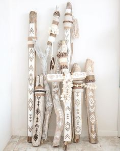 Painted driftwood Wood diy Driftwood crafts Boho diy Diy d co Macrame design - Fantastic DIY tips are readily available on our internet site Take a look and you will not be sorry you did DIY Painted Driftwood, Driftwood Art, Driftwood Macrame, Painted Wood, Driftwood Projects, Diy Projects, Creation Deco, Painted Sticks, Macrame Design