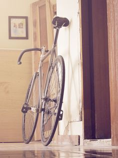 Beautiful, simple and nice fixie bike (via www.thenextdoor.fr)