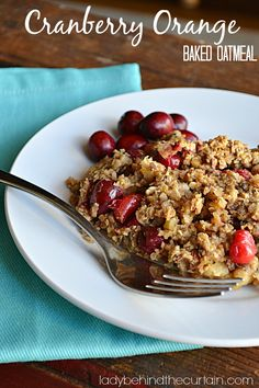 BREAKFAST HAS NEVER TASTED SO GOOD! Warm up with this cranberry orange baked oatmeal hot from the oven! Packed with healthy ingredients like chia seeds. Source by janetwoodard Healthy Meals To Cook, Healthy Diet Recipes, Healthy Breakfasts, Easy Meals, Healthy Eating, Breakfast Dishes, Breakfast Recipes, Breakfast Bars, Breakfast Ideas