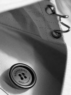 The horn-finish My Burberry bottle cap reflects the distinctive buttons of The Burberry Heritage Trench Coat