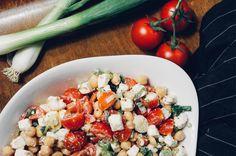 Kichererbsensalat mit frischen Tomaten, Feta und Frühlingszwiebeln. Kichererbsen sind ein Superfood, denn in ihnen steckt jede Menge Power.