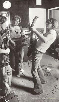 Hoje o ex-baixista do AC/DC, Mark Evans, está completando 59 anos de idade!  Ele entrou para o AC/DC em março de 1975 e ficou até junho de 1977. Mark foi demitido da banda devido à algumas diferenças musicais e a um desentendimento com Angus Young. Parabéns, Mark! We salute you!  +AC/DC Site: www.acdcbrasil.net Loja: www.acdcbrasilstore.com.br