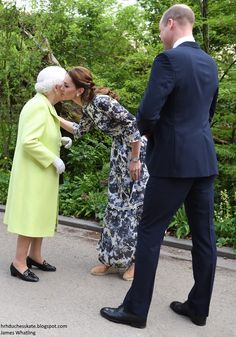 20 May 2019 - Kate welcomes William, Queen Elisabeth II and other members of the Royal family to 'Back to nature' garden at the Chelsea Flower Show - dress by Erdem Kate Middleton Prince William, Prince William And Catherine, Pippa Middleton, Prince Charles, English Royal Family, British Royal Families, Princess Katherine, Princess Charlotte, Chelsea Flower Show