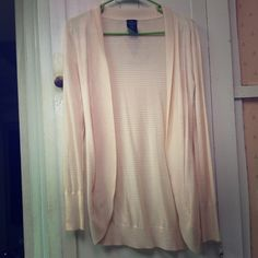🌺cream cardigan🌺 EUC cream cardigan. Perfect to layer over a spring dress or dress up some dark jeans. No holes or stains. Size small. Fits small/medium🌺😊🎁💃❤️🌺✌️ Sweaters Cardigans