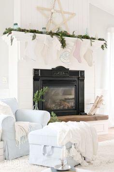 Gorgeous 60 Cozy Vintage Christmas Living Room Decoration Ideas https://homeastern.com/2017/09/13/60-cozy-vintage-christmas-living-room-decoration-ideas/