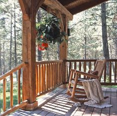 The small log cabin plans and pictures featured here showcase an enchanting storybook cabin on the Montana ranch of Jack Hanna. Cabin Porches, Decks And Porches, Porche Frontal, Cabin Design, House Design, Small Log Cabin Plans, Log Home Living, Style Rustique, Log Cabin Homes