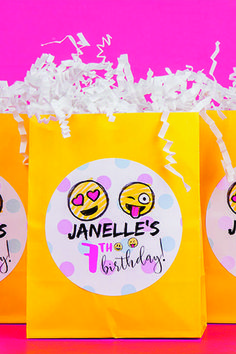 These fun emoji favors will have your kids LOL! - emoji party - emoji birthday - emoji kids party - emoji favors - kid's birthday party ideas - emoji birthday ideas - DIY birthday party - Birthday on a budget