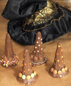 Witches hat treats from an ice cream cone: Easy and cute Halloween party food Halloween Baking, Toddler Halloween, Halloween Food For Party, Halloween Activities, Holidays Halloween, Spooky Halloween, Halloween Treats, Vintage Halloween, Halloween Decorations
