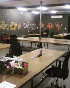 Offcina Café Coworking, em Blumenau. Espaço escritório. Muito legal a estrutura em estilo industrial e proposta de decoração em cores primárias. As mesas são de folhas de portas envernizadas, com base em ferro galvanizado pintado, num estilo faça você mesmo! #arquiteta #arquitetura #desing #decoração #mobiliário #comercial #coworking #inspiração #offcinacafecoworking