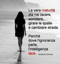 The true maturity is to keep quiet, smile, turn around and walk away because the ignorant continues to argue while the wise kept silent. Smart Quotes, Best Quotes, Love Quotes, Inspirational Quotes, Italian Quotes, Life Lessons, Decir No, Quotations, Poems