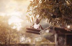 Ser criança é viver em um universo à parte, em que bolhas de sabão podem ser naves espaciais, dinossauros existem e tudo, absolutamente tudo, é possível. A pureza e a alegria dos pequenos é contagiante e revigorante – praticamente terapêutico! Há alguns meses, quando o fotógrafo Adrian McDonald estava fotografando plantas e animais em s...