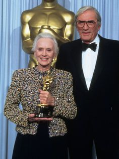 🎈 Jessica Tandy with her Best actress Oscar won for Driving Miss Daisy ( 89 ) becoming oldest winner of Oscars ( Academy Award Winners, Oscar Winners, Academy Awards, Hollywood Actresses, Actors & Actresses, Hollywood Icons, Classic Hollywood, Jessica Tandy, Driving Miss Daisy