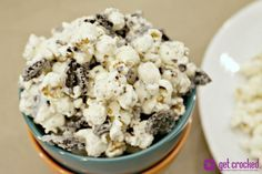 Try this Slow Cooker Cookies & Cream Popcorn from Jenn Bare, Crock Pot Girl! Crock Pot Desserts, Slow Cooker Desserts, Slow Cooker Recipes, Crockpot Recipes, Vegetarian Recipes, Snack Recipes, Snacks, Easy Bake Oven, Homemade Candies