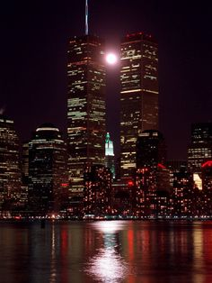 :`(  A Full Moon Rises Between New York's Twin Towers for the Second Time This Month Lámina fotográfica