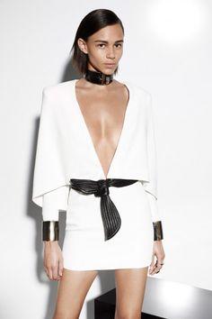 Este vestido con forma de capa es único