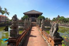 Jalan menuju Bale Kambang yang dikawal tokoh-tokoh dari kisah kepahlawanan Sutasoma. Buy Domain, Architecture, Railroad Tracks, Bali, Building, Interior, Travel, Arquitetura, Viajes