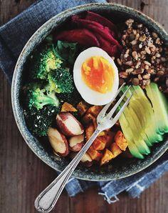 Le Buddha Bowl, c'est le plat healthy par excellente qui combine légumes, céréales, légumineuses et oléagineux, en mélangeant cru-cruit, chauds froids et plusieurs textures différentes. Le tout assemblé harmonieusement dans une assiette remplie de couleurs. Voici 10 idées de Buddha Bowl repérées sur Pinterest.  Buddha Bowl à la patate douce et aux œufs Recette …