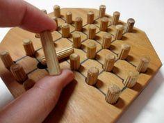 Jogos educativos são feitos de madeiras outros materiais simples para desenvolver o raciocínio, a memória e a paciência.